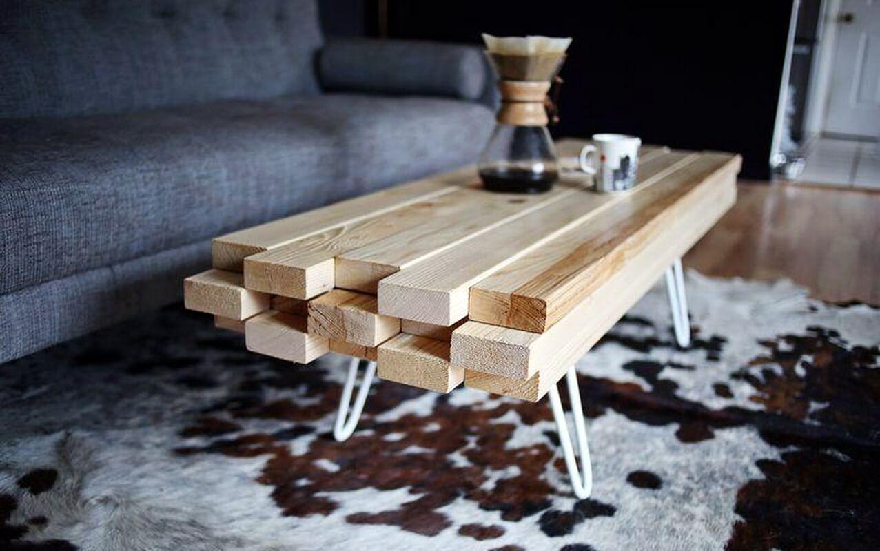 стильный журнальный стол с деревянной столешницей