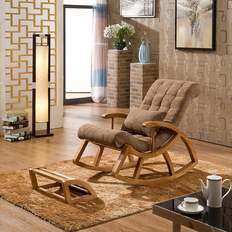 Деревянное кресло качалка в гостиной