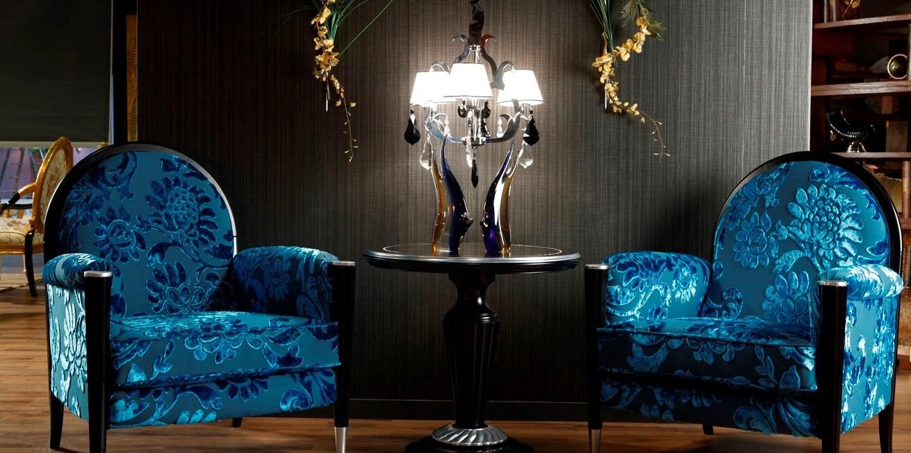 Классические кресла в гостинной