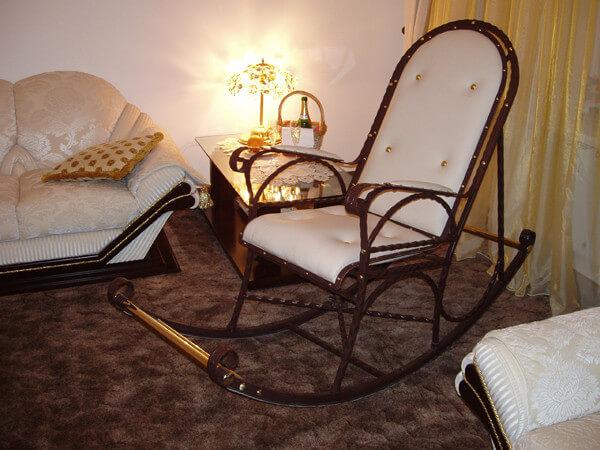 Кованое кресло качалка в гостинной