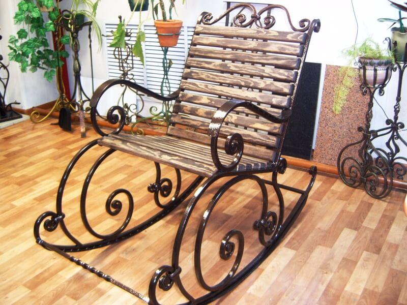 Металлическое кресло качалка
