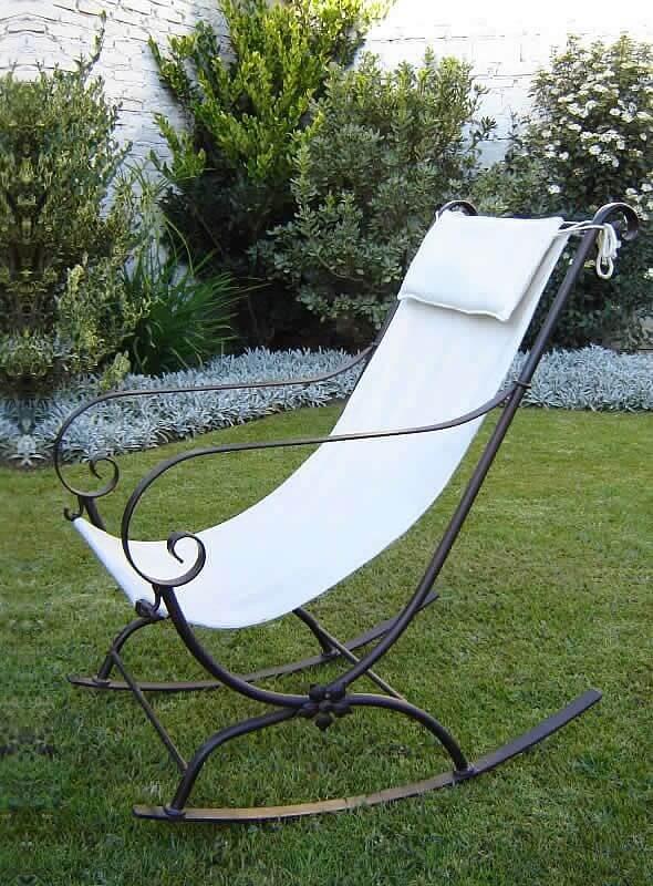 Кованое кресло качалка в саду