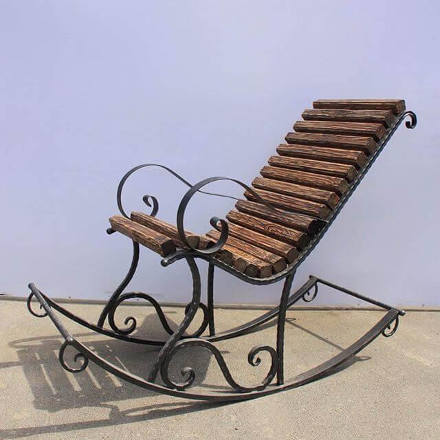 Кованое кресло качалка с деревянной спинкой