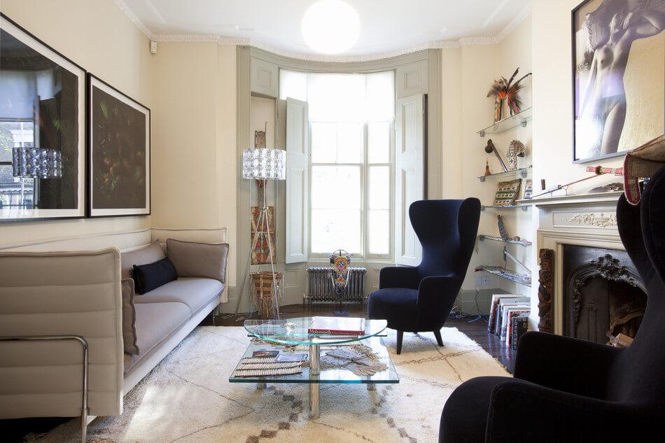 Каминное кресло с ушами в гостиной