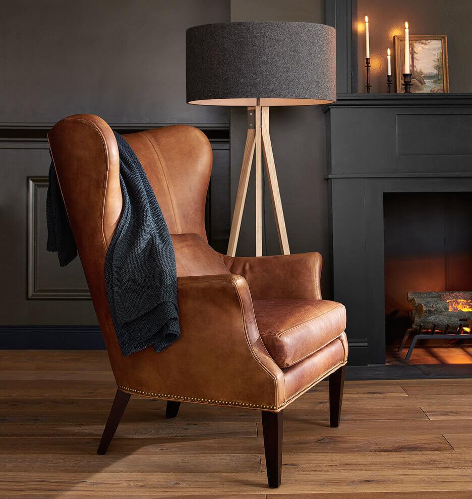 Фото кожаного каминного кресла с ушами