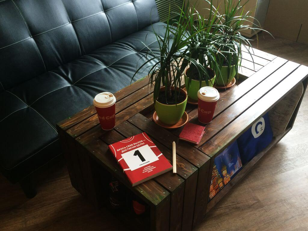 Журнальный стол в стиле Лофт в гостиной