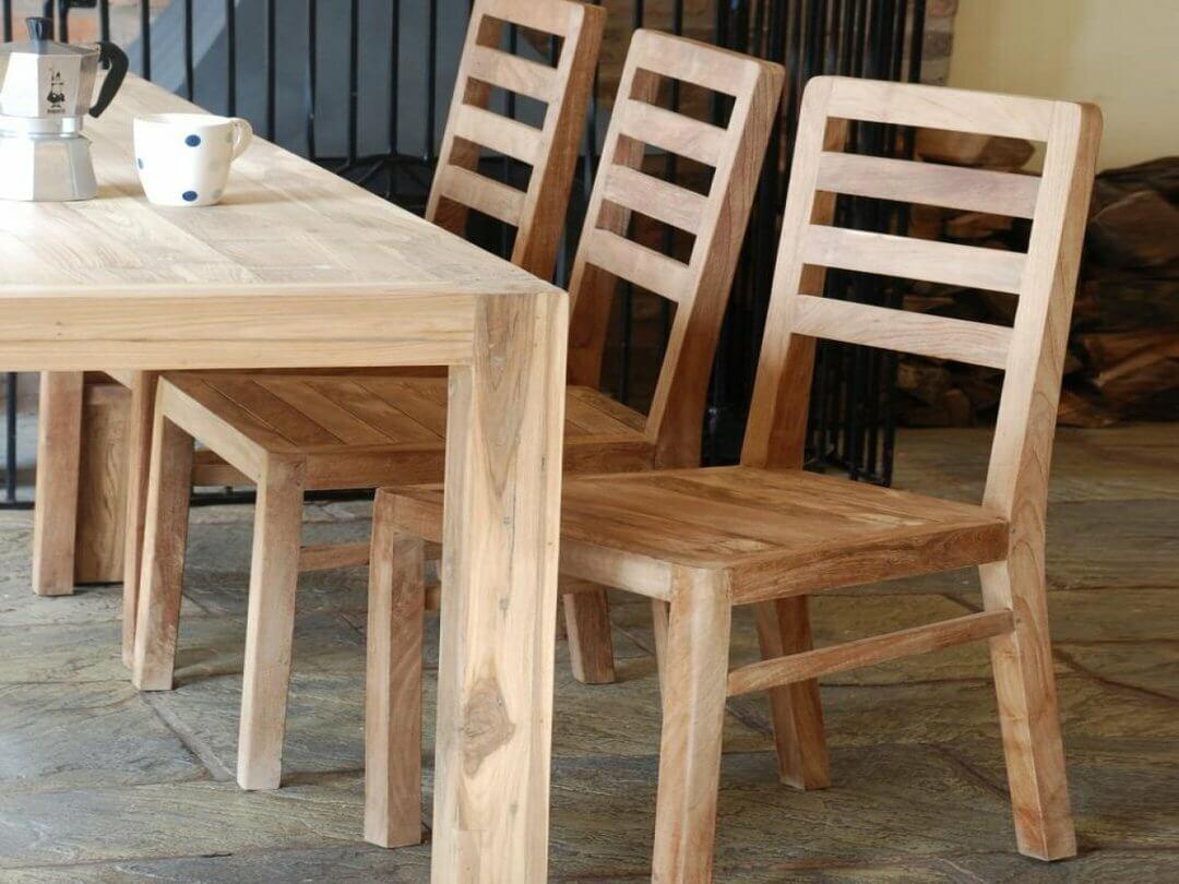 стулья на деревянном каркасе