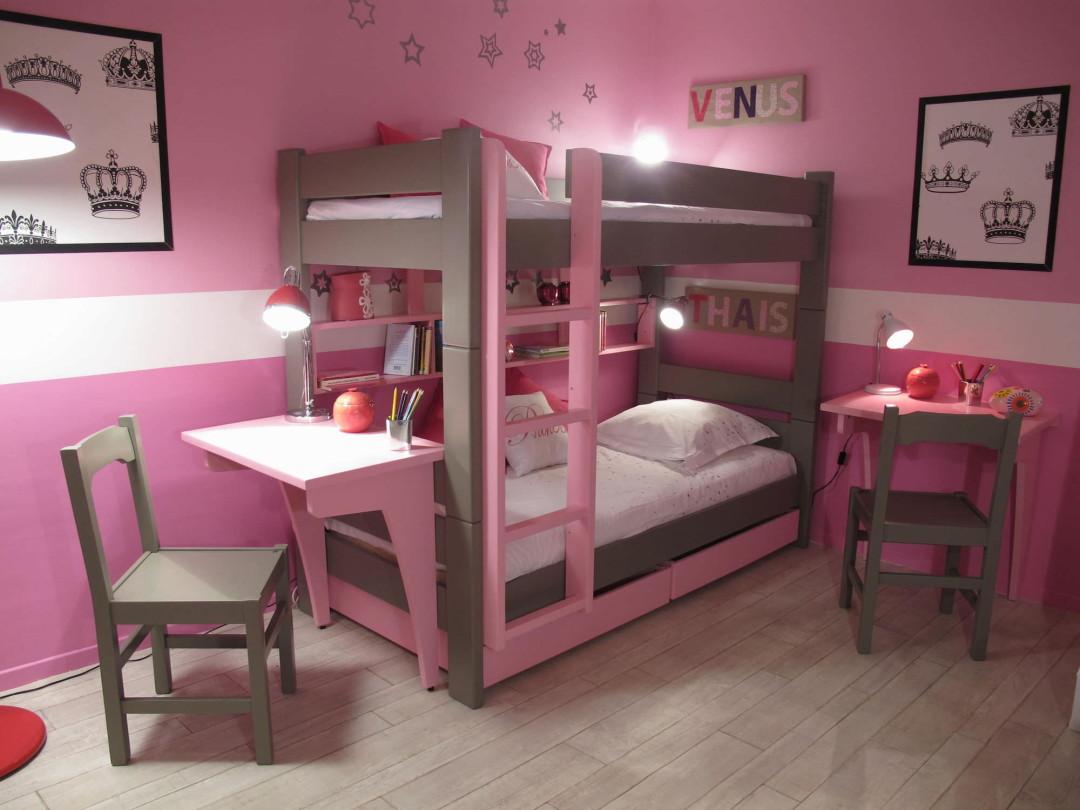 двухъярусная кровать со столом в комнате девочек