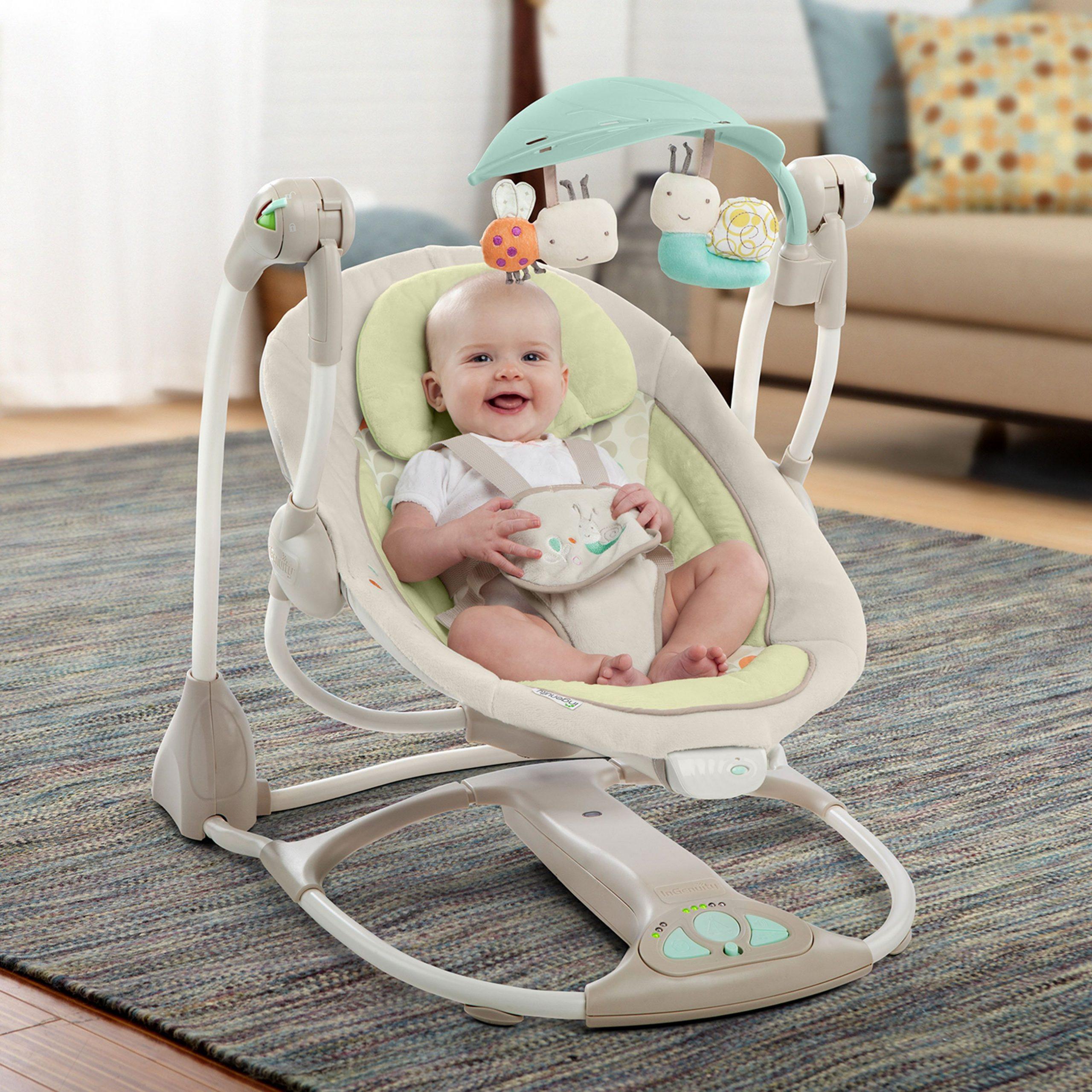 младенец в электронной кроватке качалке