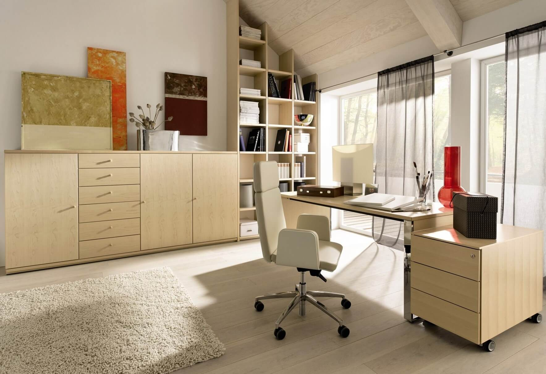 Белое компьютерное кресло