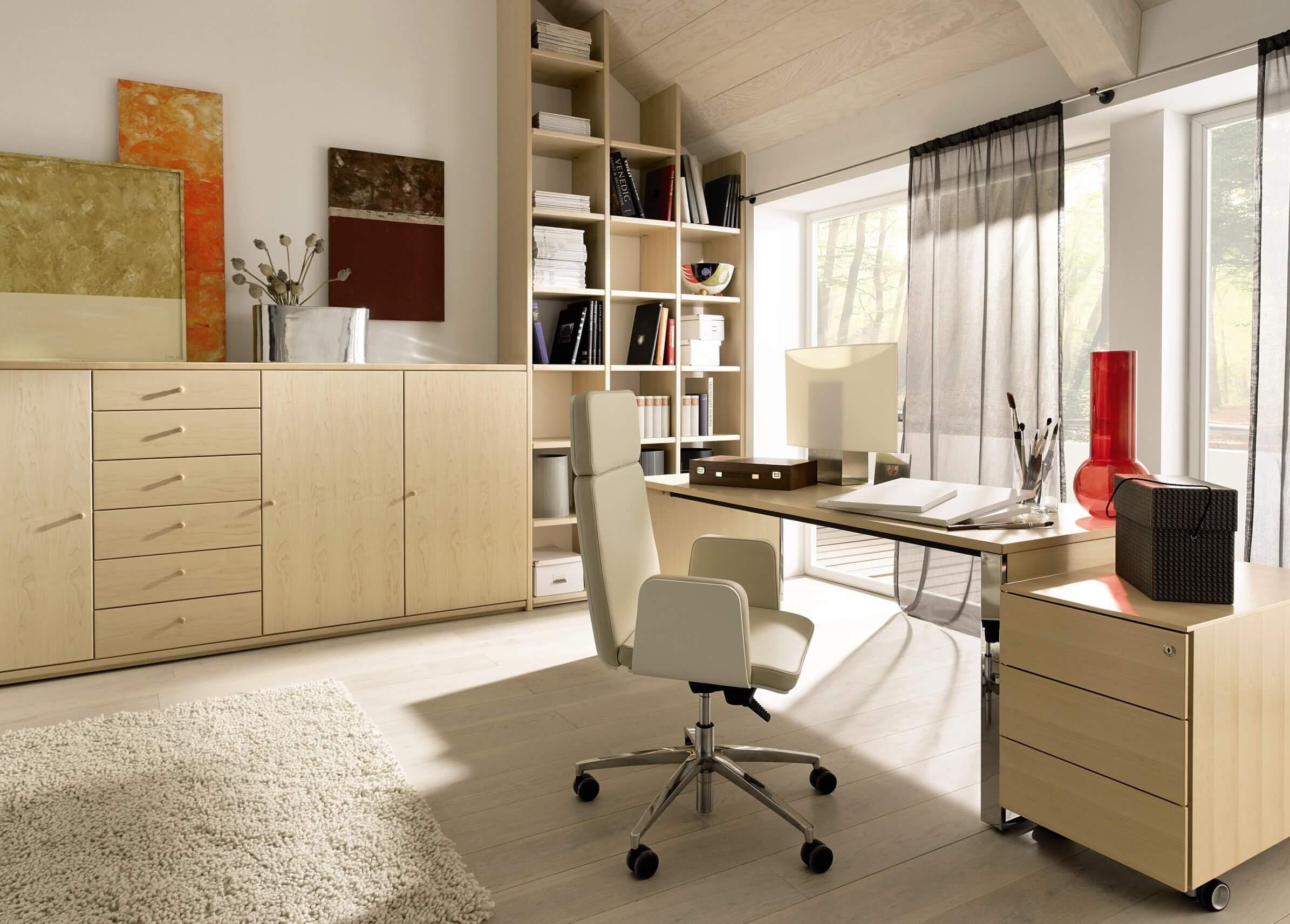 Белое компьютерное кресло с подлокотниками для дома