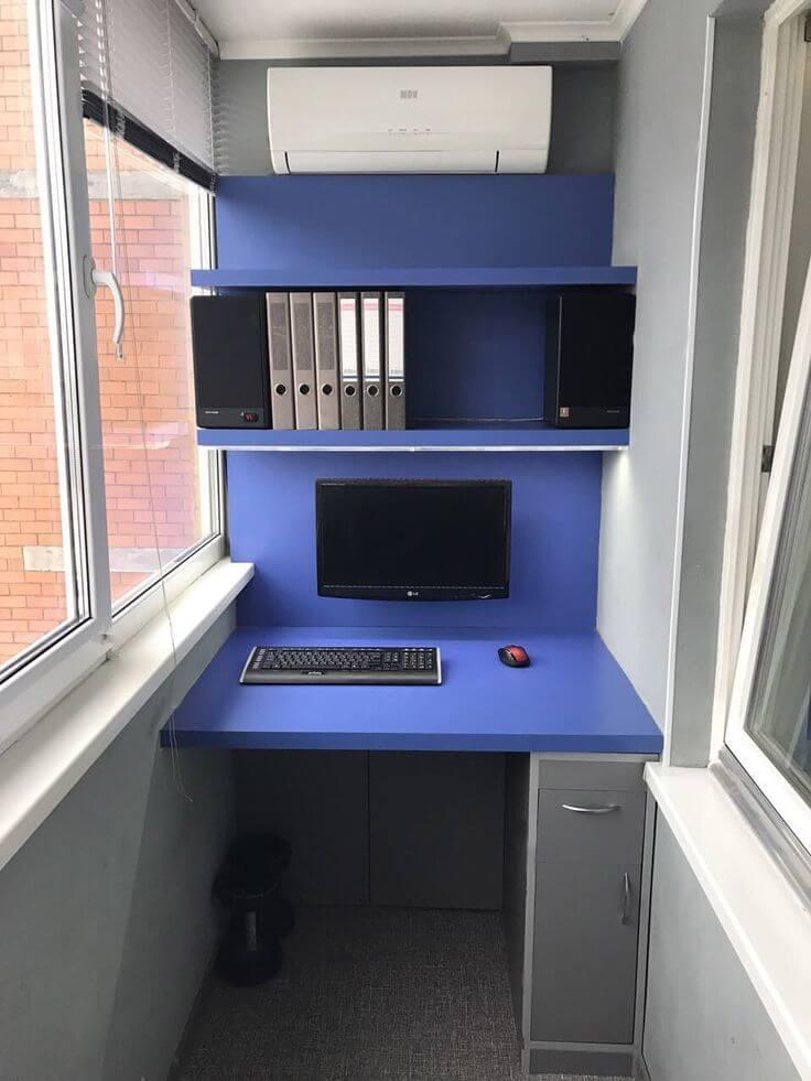 Компьютерный стол на лоджии синего цвета