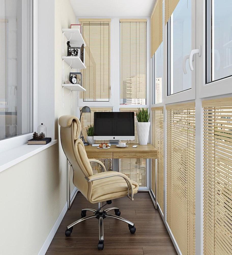 Деревянный компьютерный стол на балконе