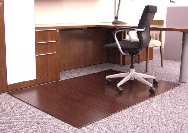 Коврик под компьютерное кресло коричневого цвета