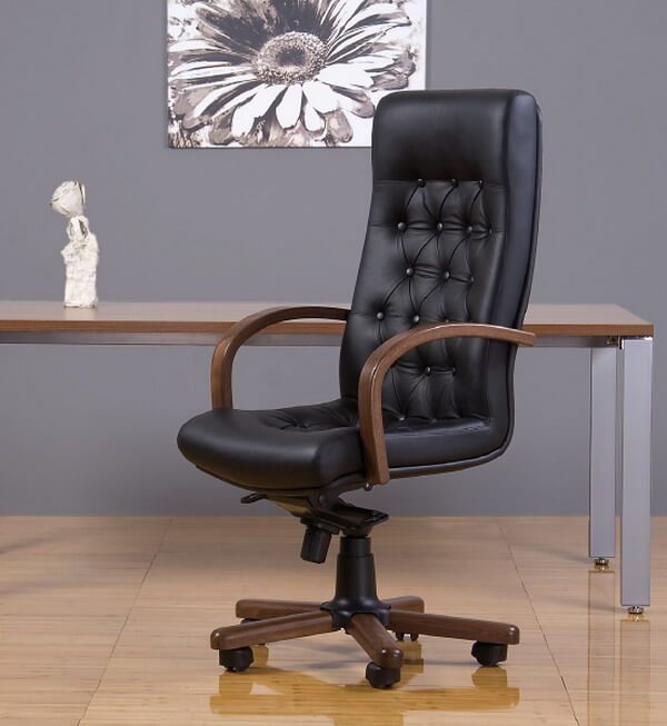 Фото черного кожаного компьютерного кресла