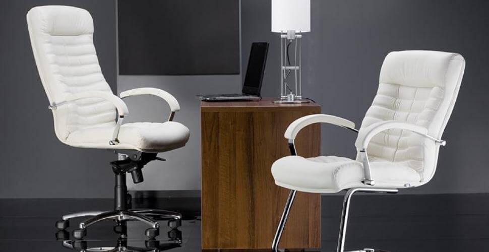 Белое кожаное компьютерное кресло