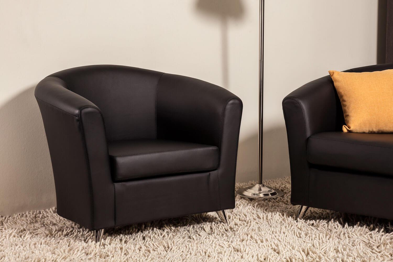 Черное кожаное кресло