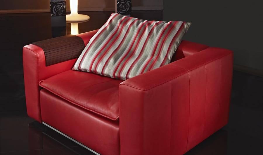 Красное кресло из натуральной кожи