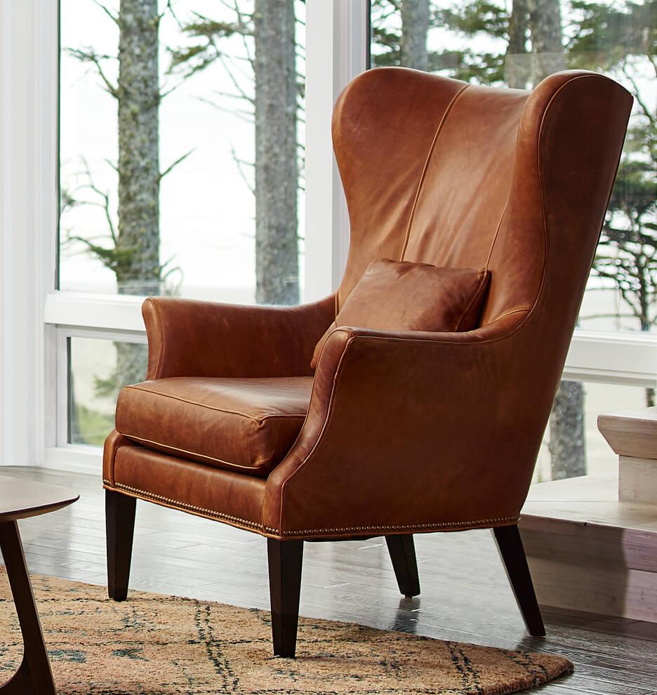 Кожаное кресло в гостиной