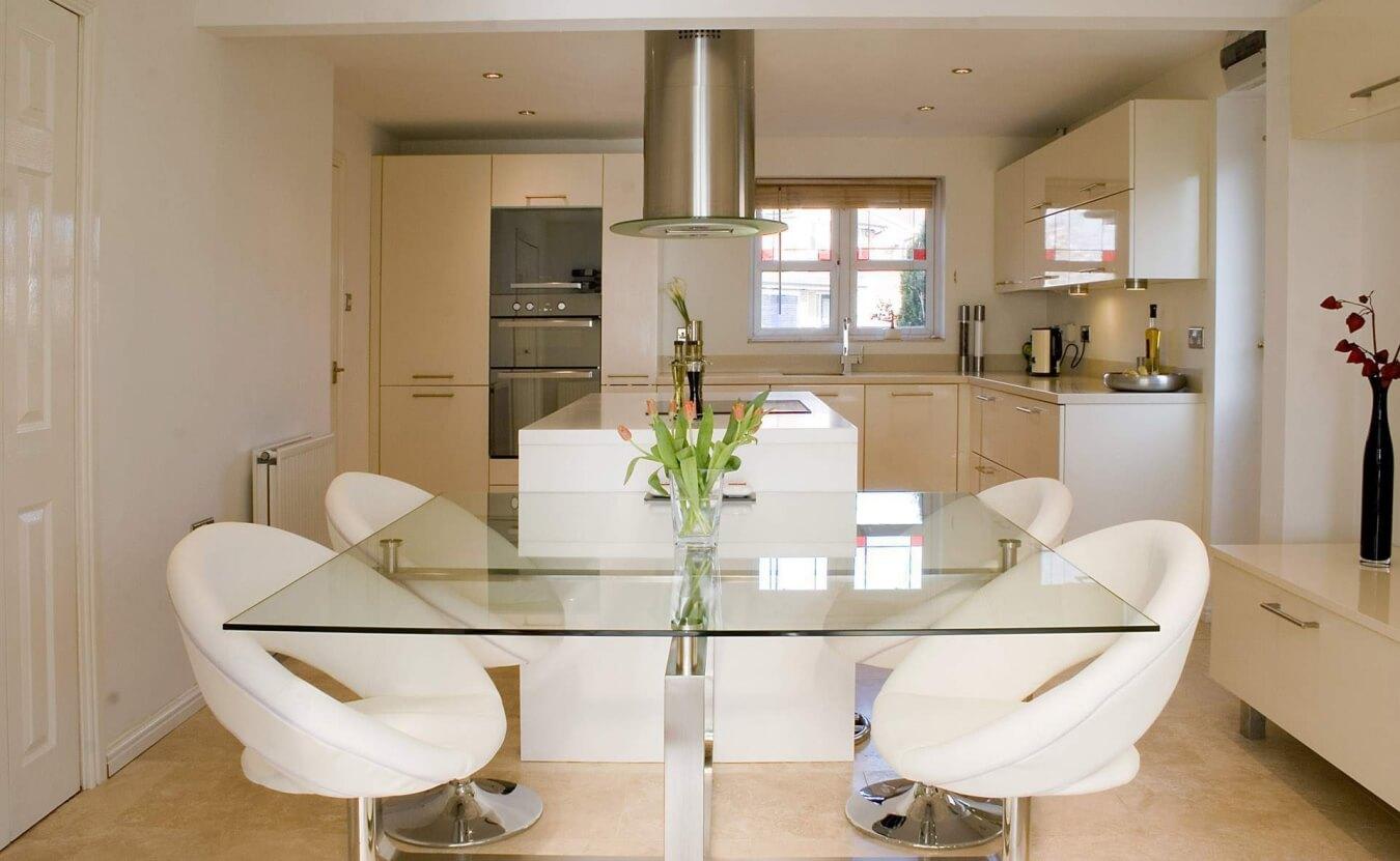 Белые кожаные кресла для кухни
