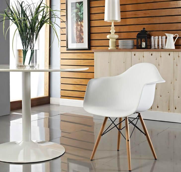 Белое кресло в интерьере кухни