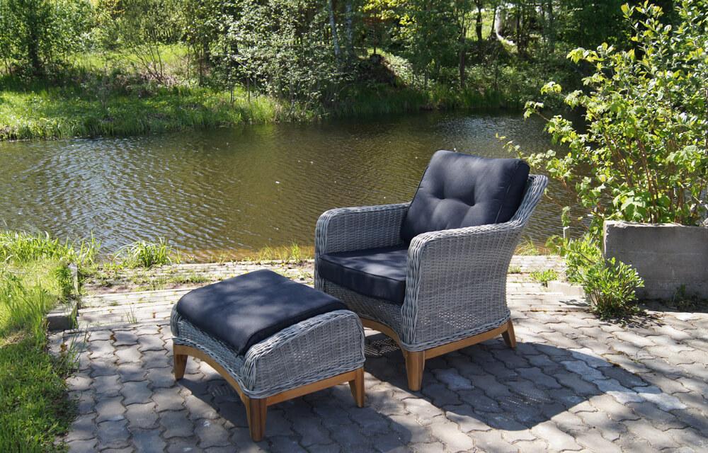 Кресло с подставкой для дачи