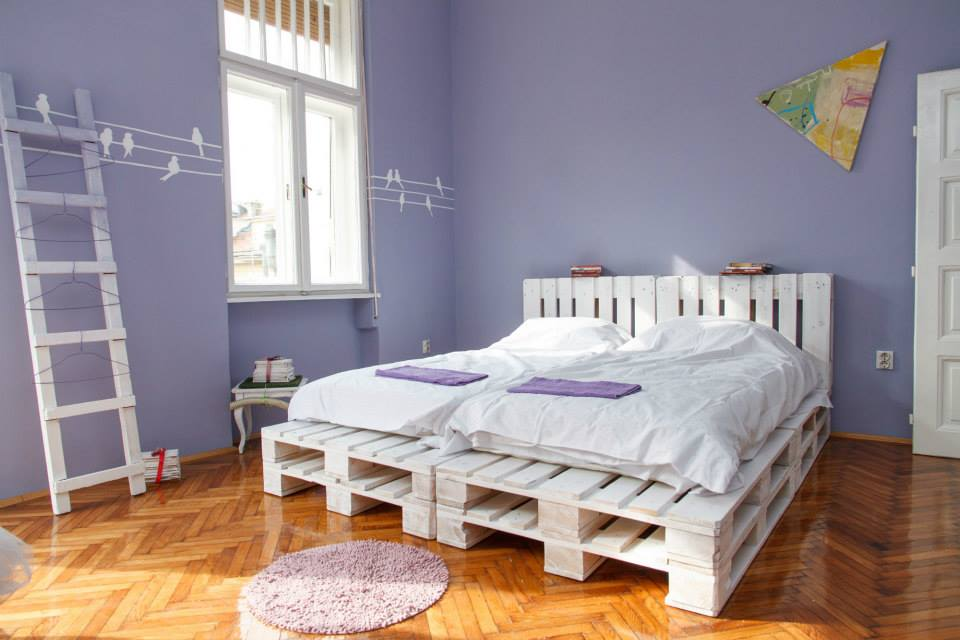 высокая кровать из строительных поддонов