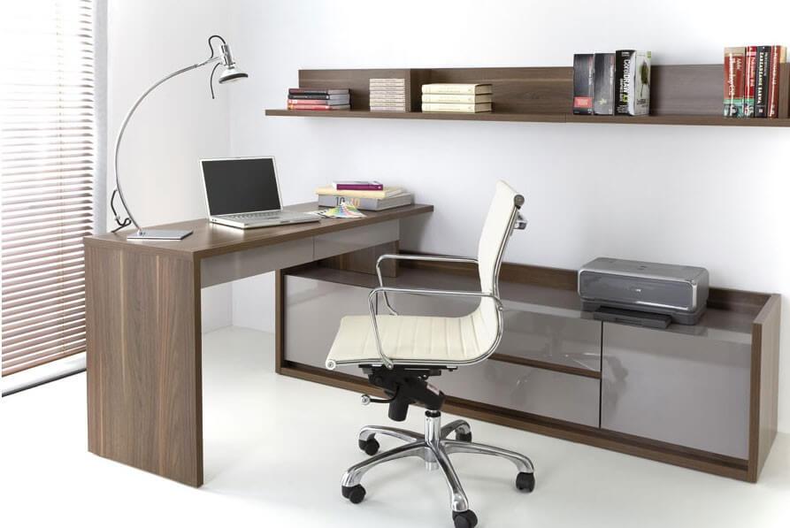 Угловой деревянный письменный стол