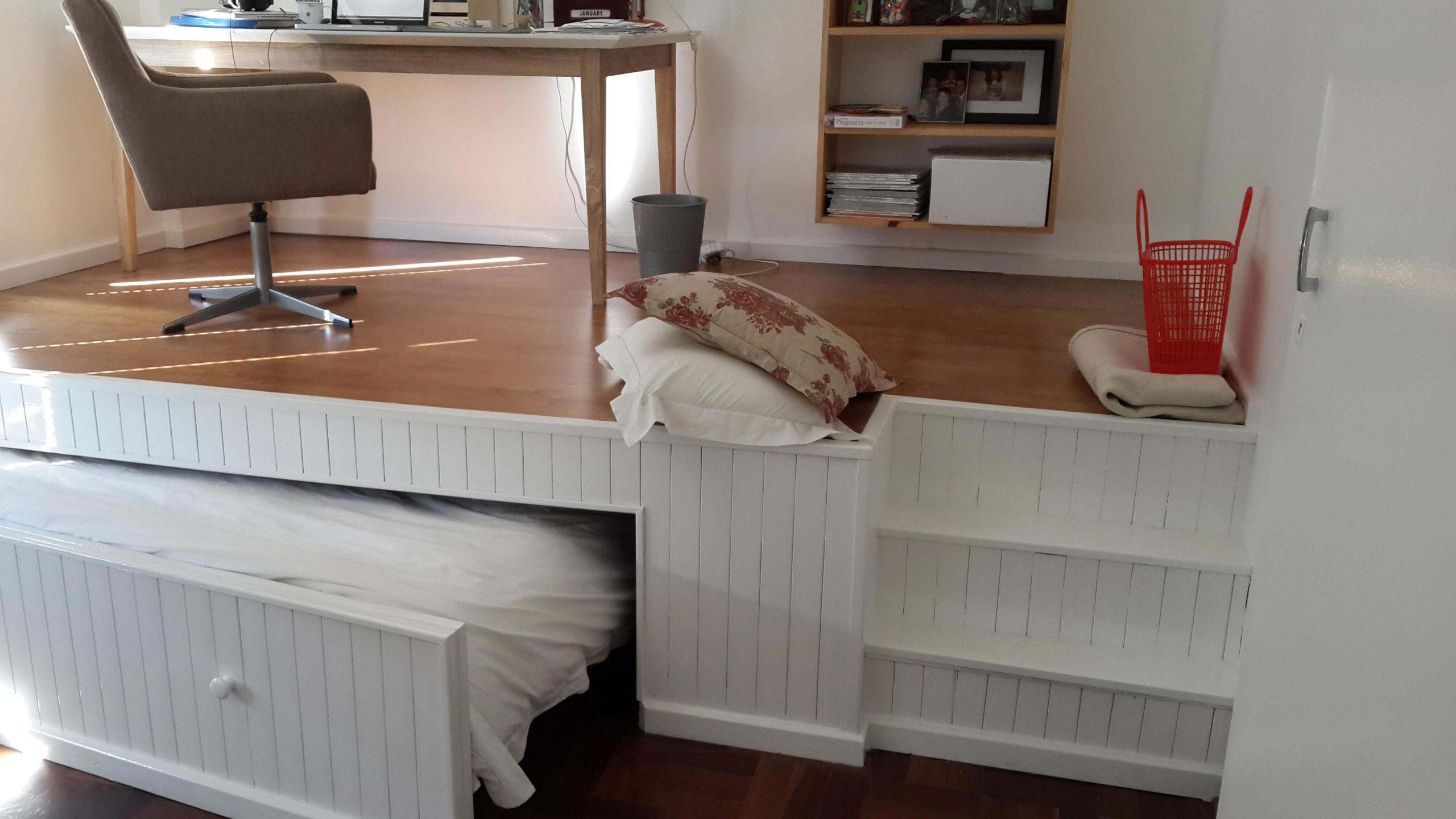 кровать встроенная в подиум