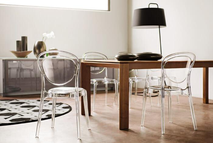 фото прозрачных стульев из пластика на кухне