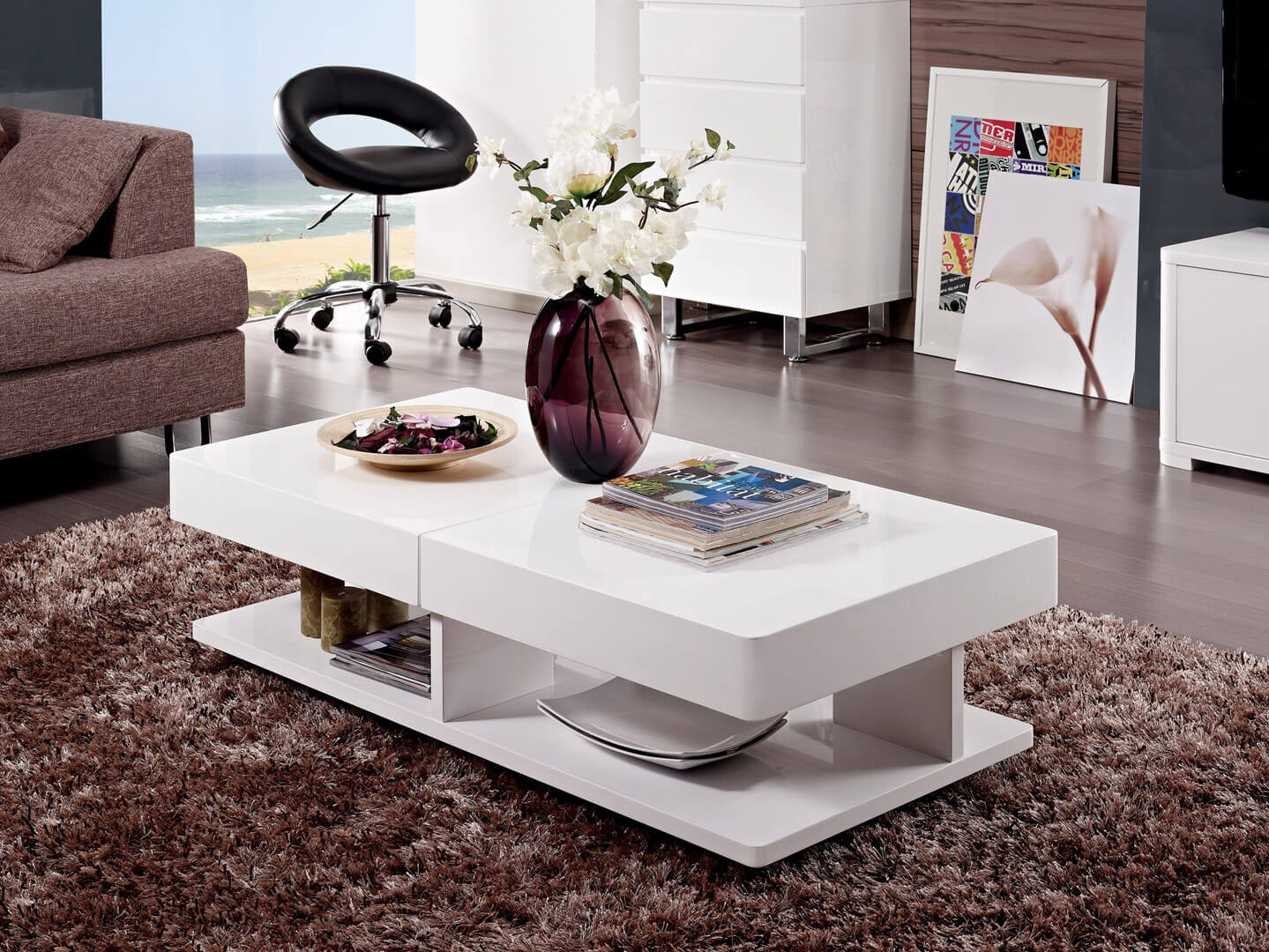 Современный журнальный стол белого цвета