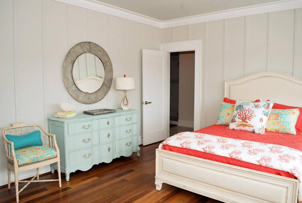 Комод в спальню голубого цвета с зеркалом