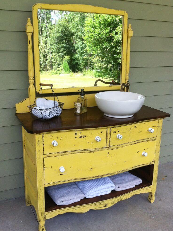 Комод для ванной желтого цвета с зеркалом