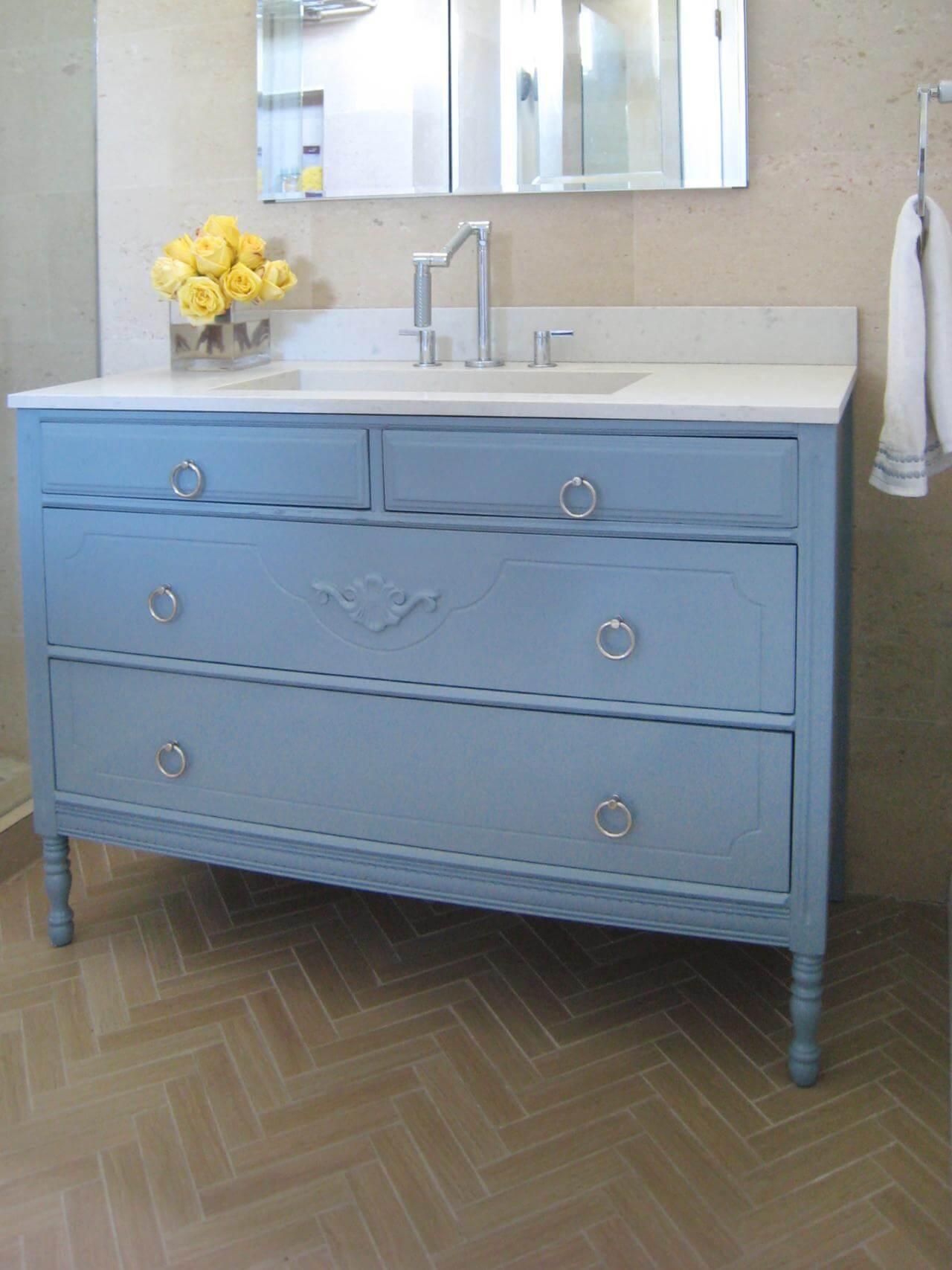 Голубой комод в ванной