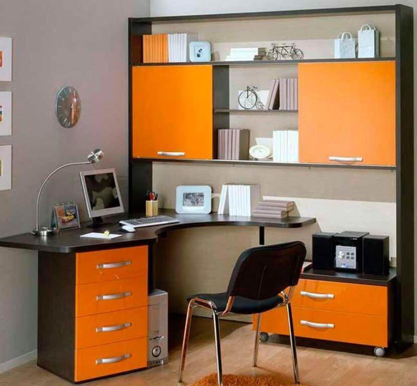 Стол компьютерный с надстройкой с фасадами оранжевого цвета