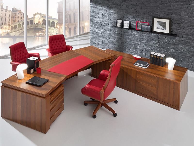 Кресло для руководителя красного цвета
