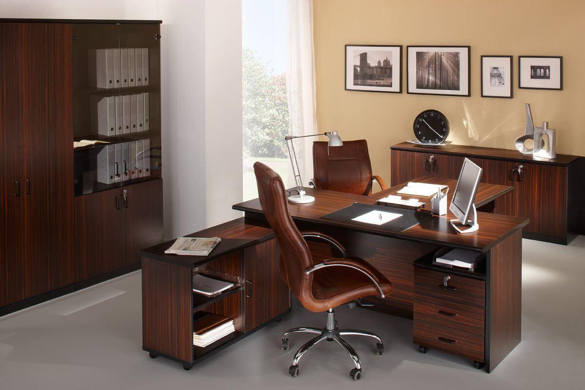 Кресло руководителя коричневого цвета