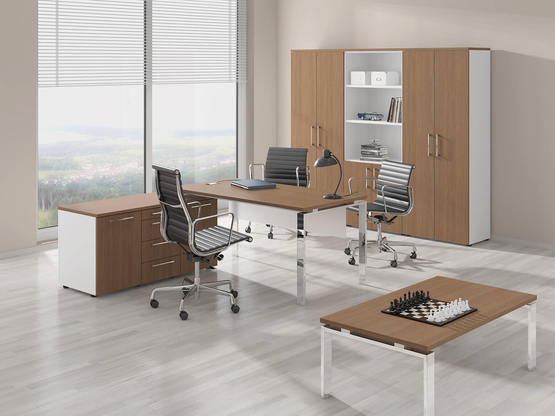 Кресло для руководителя с металлическими подлокотниками