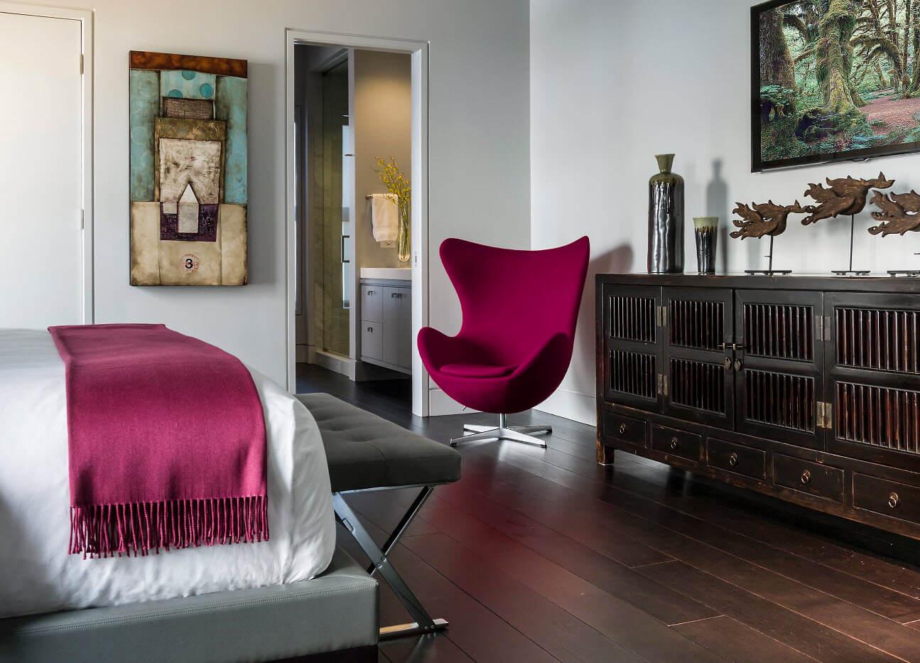 Кресло в спальню бордового цвета