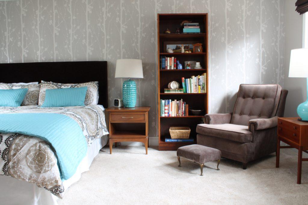 Кресло в спальню с подставкой для ног