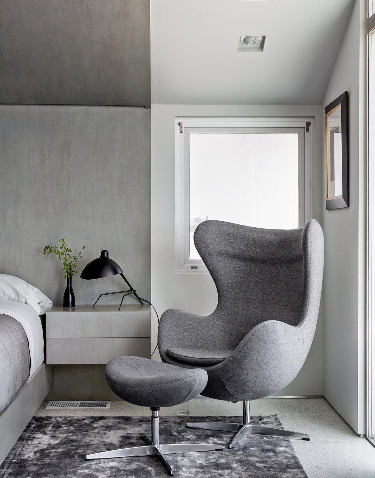 Кресло в спальню серого цвета с подставкой