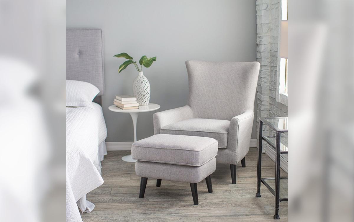 Кресло с подставкой для ног в интерьере спальни