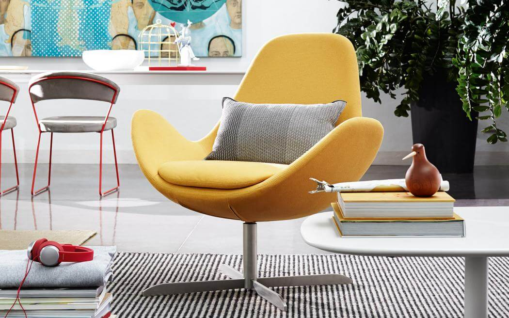 Крутящееся кресло желтого цвета