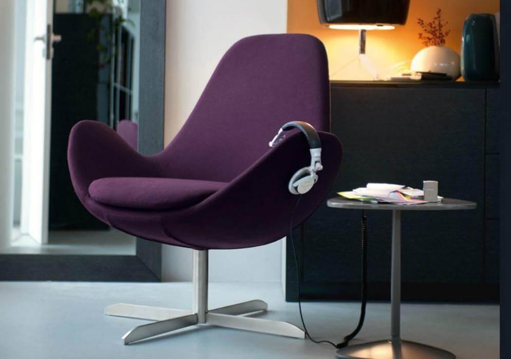 Поворотное кресло фиолетового цвета