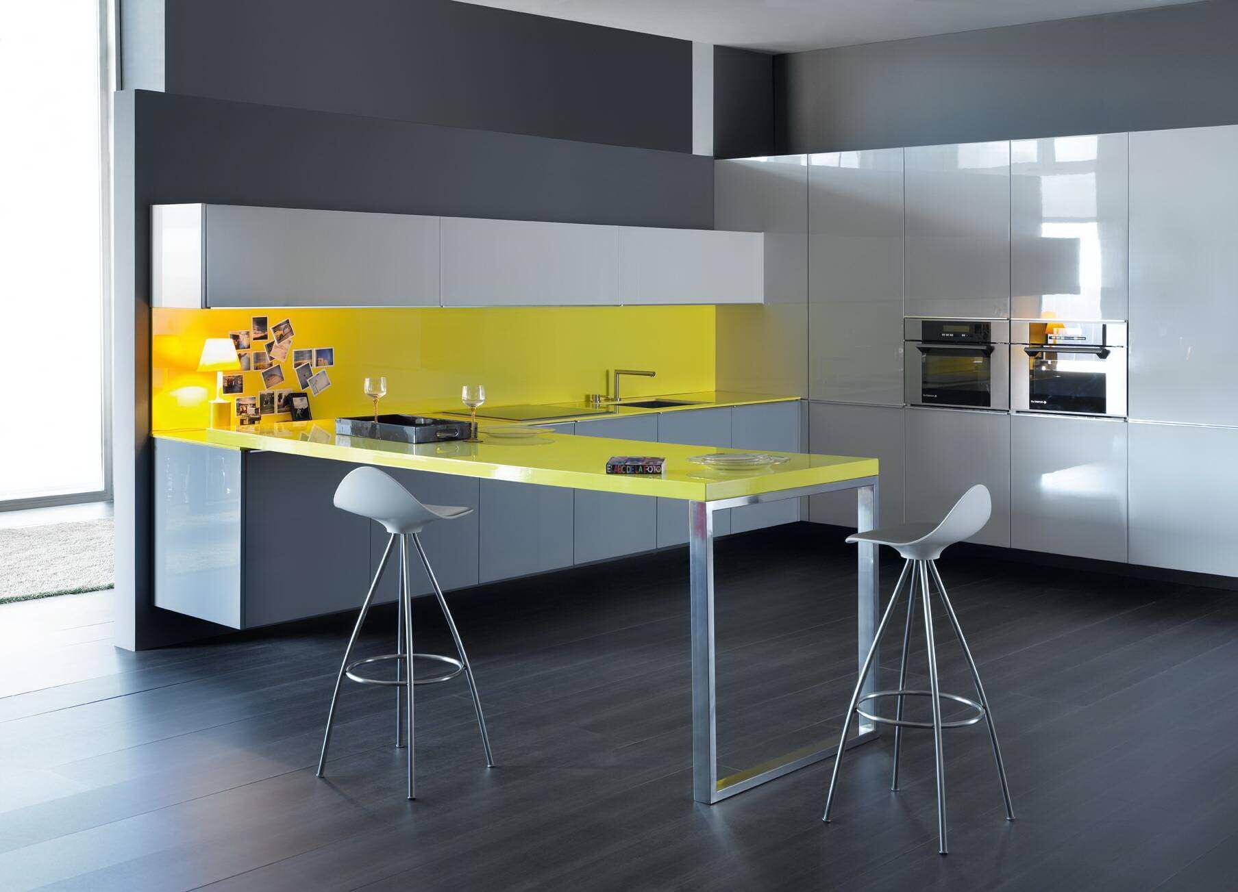 Желтый кухонный стол