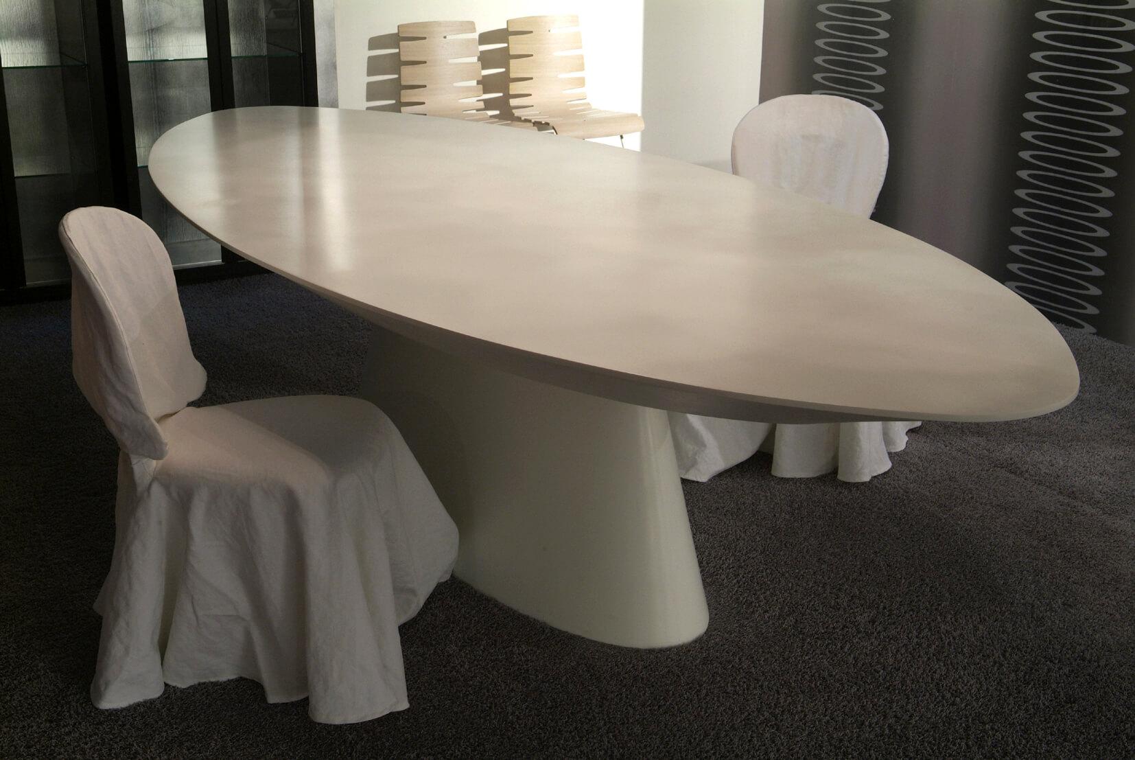 Овальный кухонный стол из камня