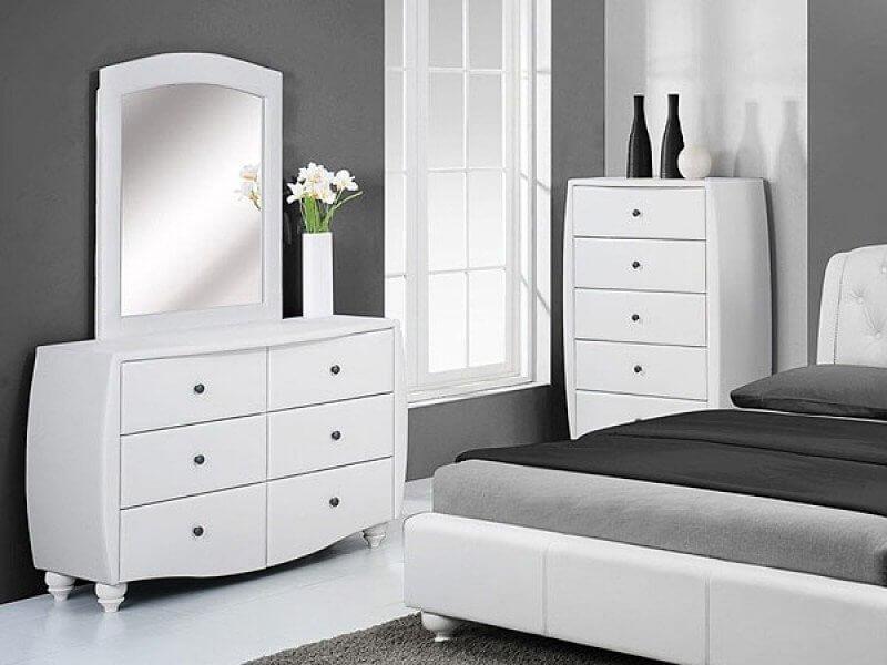 Фото белого прикроватного комода с зеркалом