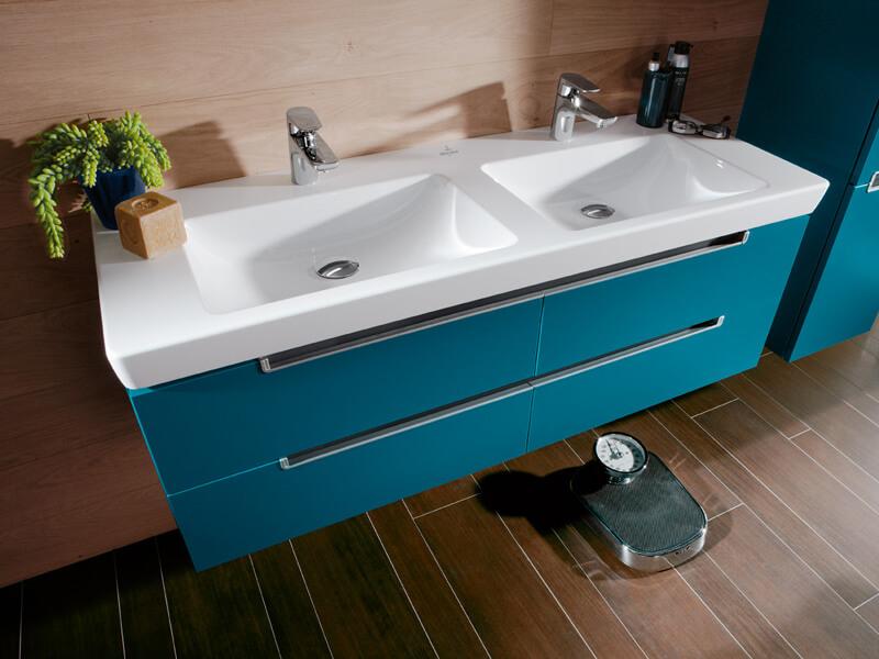 Тумба с двойной раковиной в ванную голубого цвета