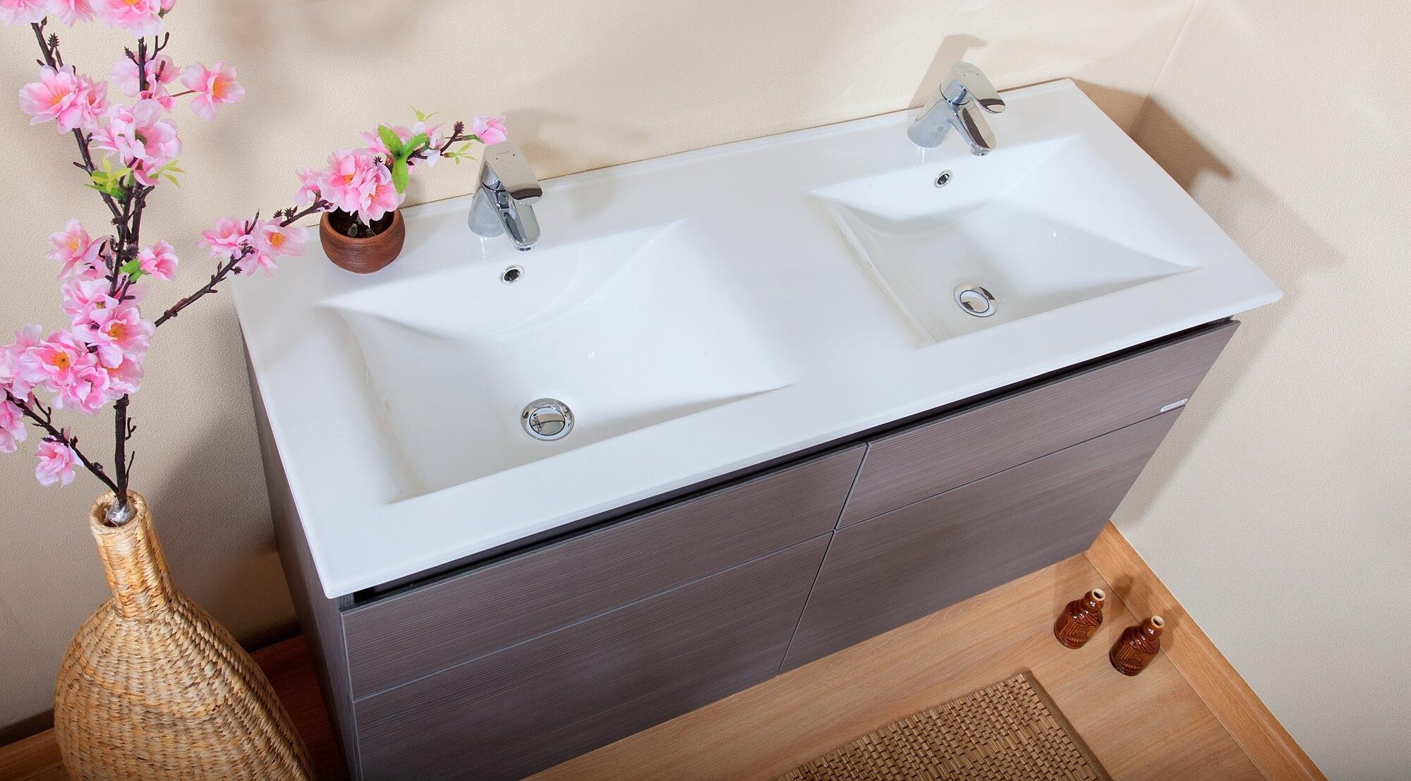 Тумба с двойной раковиной в ванную