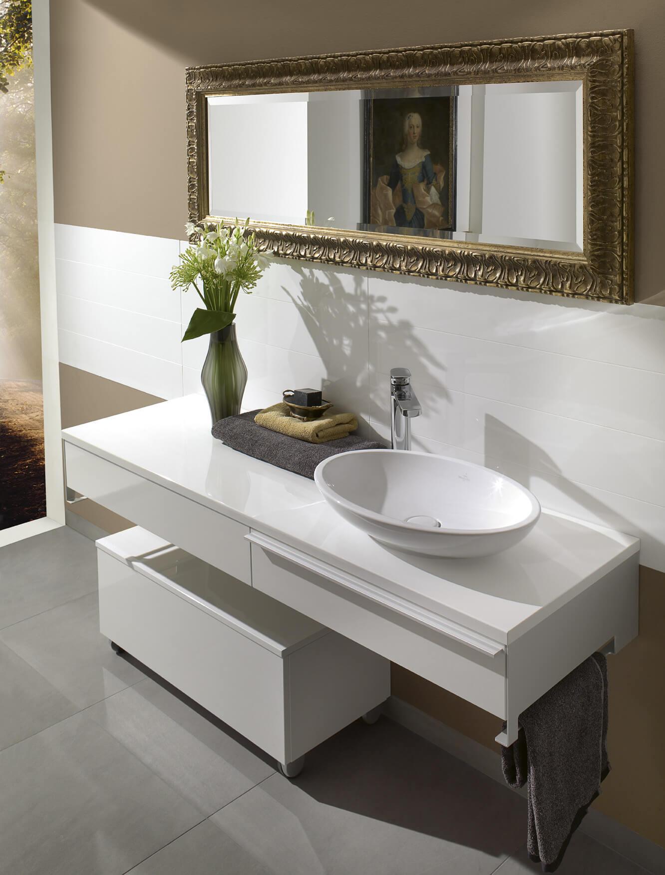 Белая тумба в ванную комнату со столешницей